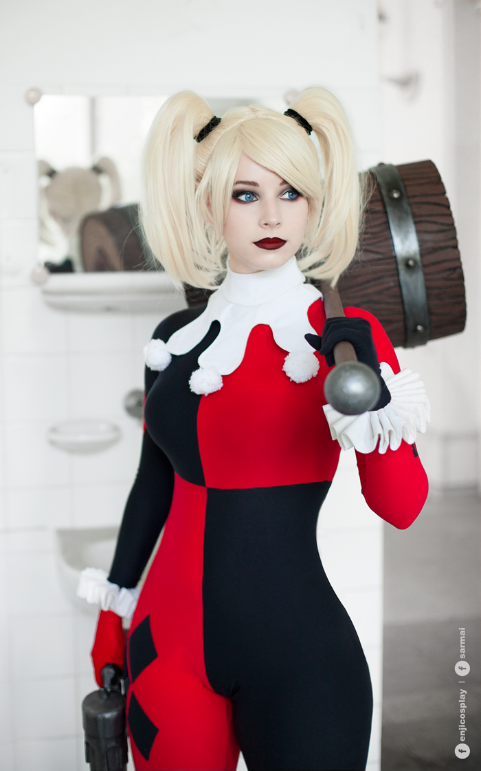 Sexy cosplay Harlequin babe