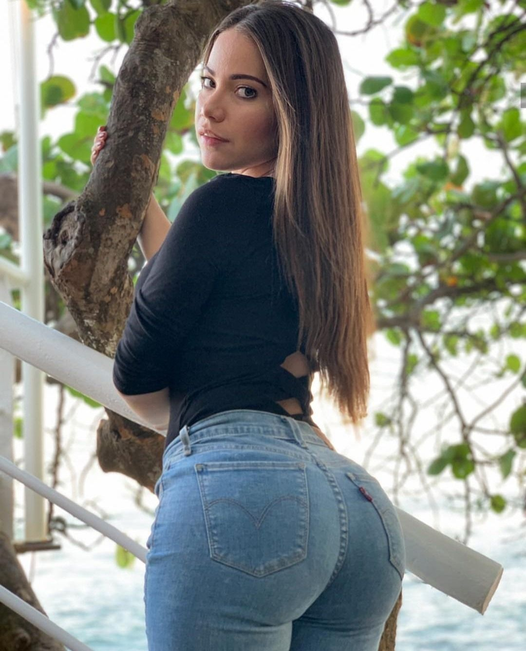 Beautiful thicc jeans babe