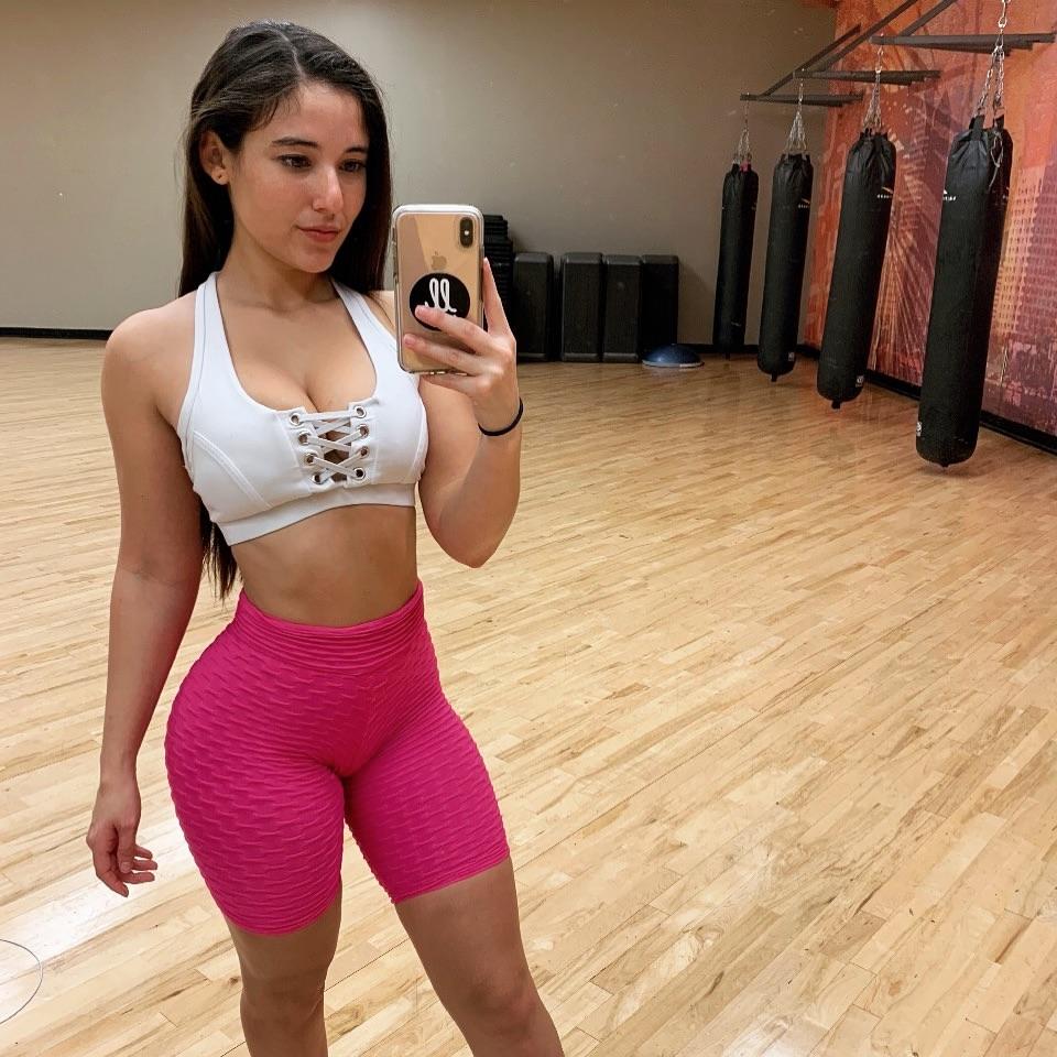 Gym babe selfie